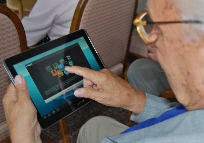 Oudere werkt met tablet